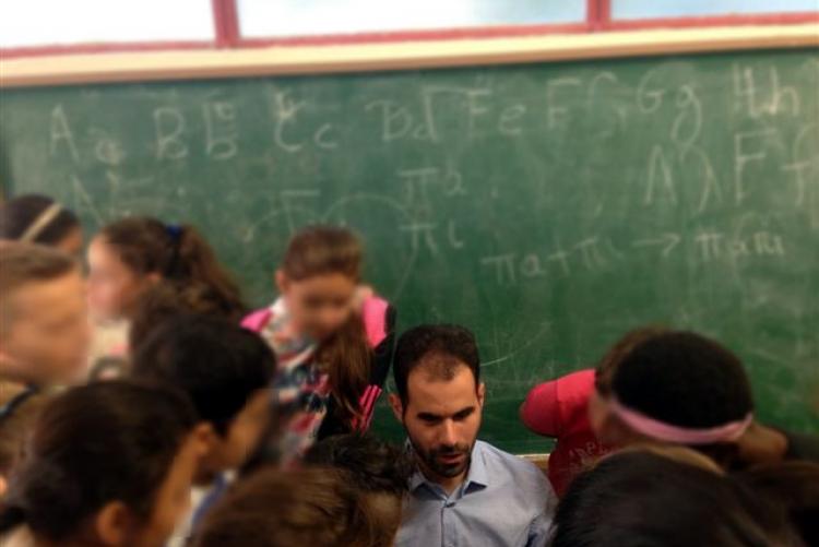 Ο Βαγγέλης περιτριγυρισμένος από τους μαθητές...