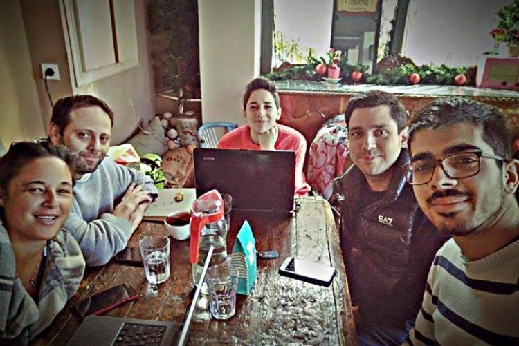Οι Ειρήνη, Παναγιώτης, Θάλεια, Δημήτρης και Κωνσταντίνος σε ένα μεγάλο τραπέζι στον προσβάσιμο χώρο-καφετέρια.