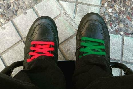 Τα παπούτσια του Παναγιώτη, με κόκκινα κορδόνια το ένα και πράσινα το άλλο.