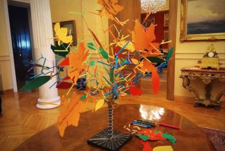 Ένα δέντρο-δημιουργία όλων των νέων με πολύχρωμα μηνύματα κρεμασμένα, με τα συναισθήματα τους για τα βιβλία.