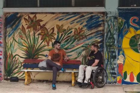 Ο Κωνσταντίνος και ο Παναγιώτης συζητούν, σε παγκάκι ενός σχολείου