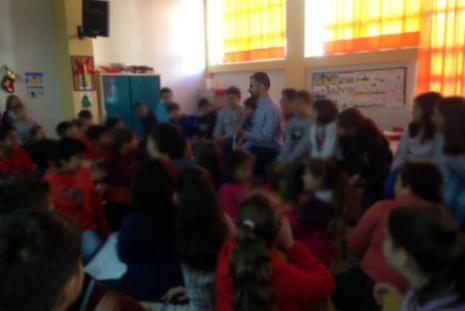 Ο Βαγγέλης χαμογελαστός ανάμεσα σε μαθητές