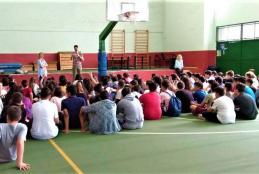 Ο Κωνσταντίνος μπροστά σε μαθητές